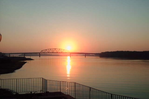 Sunrise in Muscatine Iowa with bridge over Mississippi River- Photo by Henry Garcia (CC BY-SA 3.0)